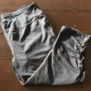Cropped gray legging with ruched size detail